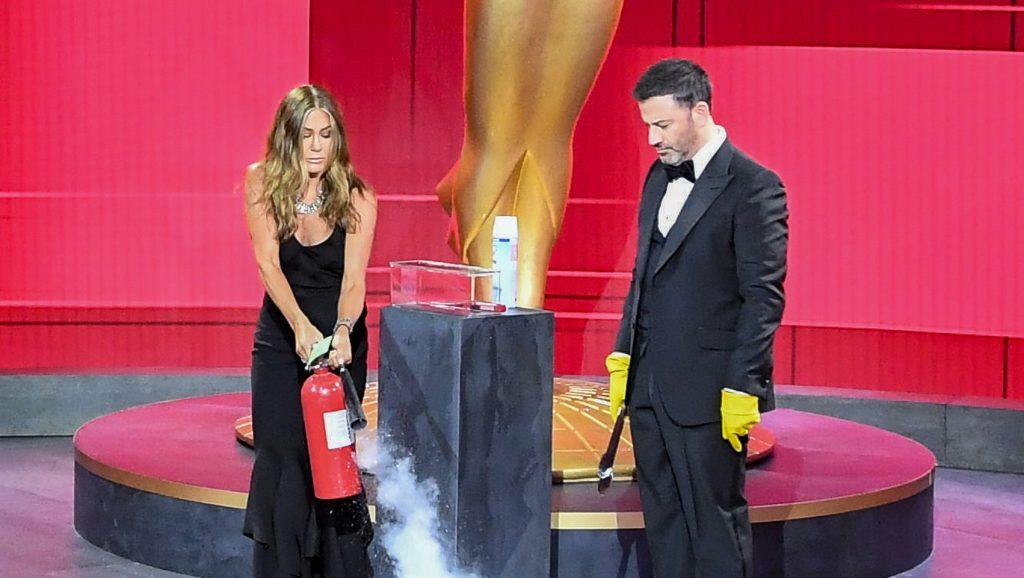 Una broma que se salió de control: Jennifer Aniston usó un extintor para apagar fuego en los Emmy 2020