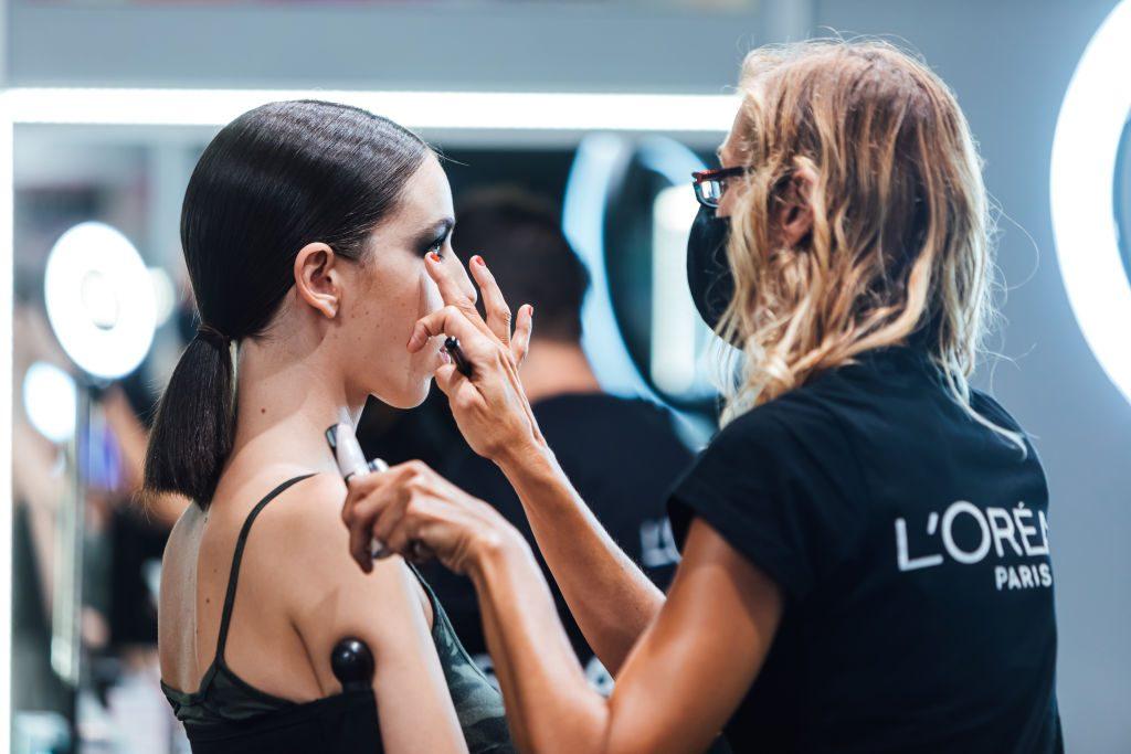 """Devolverán el dinero sin consentimiento: Clientas acusaron """"arbitrariedad"""" en medida adoptada por empresa de maquillaje de alta gama"""