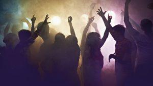 Pubs de Inglaterra recibirán elevadas multas si encuentran a sus clientes bailando