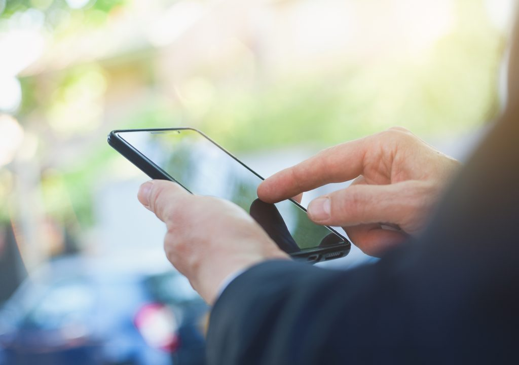 El Tinder del empleo: Aplicación conecta a quienes ofrecen y buscan trabajo