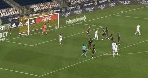 Gonzalo Higuaín debutó en la MLS pateando un penal a las nubes y sus rivales se burlaron en su cara