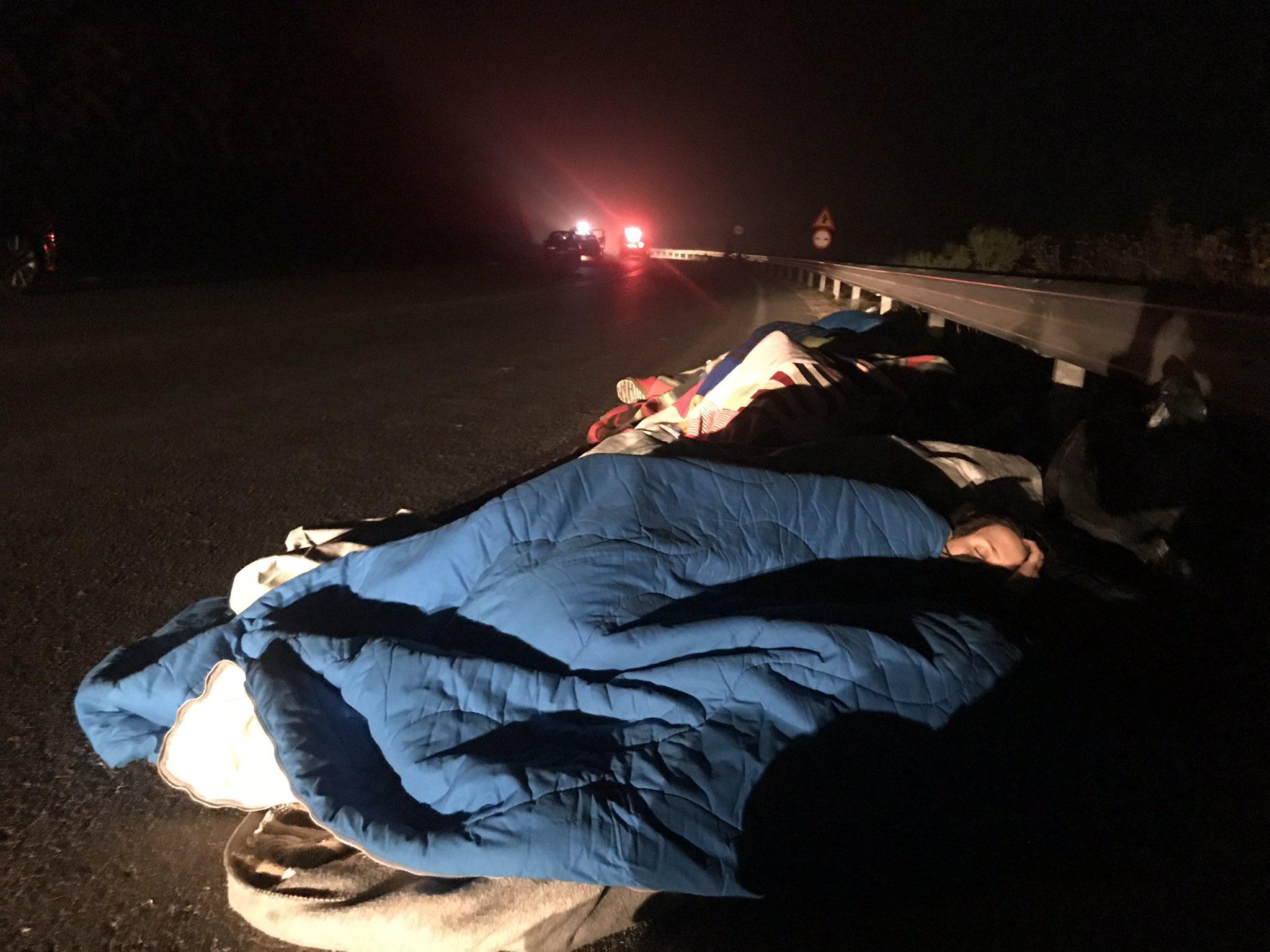 Refugiados duermen en las rutas tras incendios en Lesbos