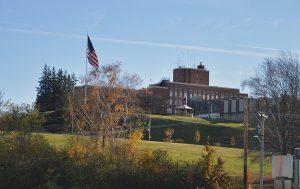 Dos acusados por muerte de 76 veteranos en una residencia durante la pandemia en EEUU
