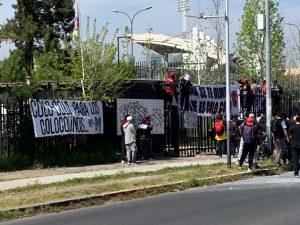 Hinchas de Colo-Colo llegaron en masa al Monumental para pedir la salida de Blanco y Negro