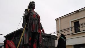 Con una grúa y esquivando el cableado eléctrico: Así se removió la estatua de Cristóbal Colón en la avenida Brasil de Valparaíso