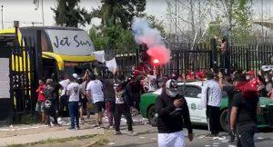 La caótica salida del bus de Colo Colo desde el Estadio Monumental hacia el aeropuerto de Pudahuel