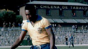 """""""O Rei"""" Pelé en suelo nacional: Los históricos duelos que el astro cumpleañero jugó en Chile"""
