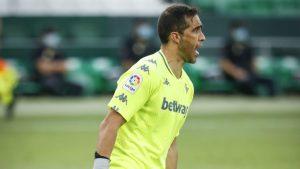 Desde España aseguran que Claudio Bravo será titular en el Betis ante el Atlético de Madrid