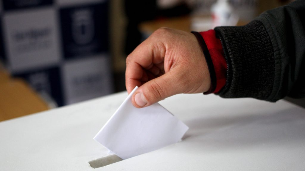 Servel reveló que para elecciones de mayo consideran poner pizarras con información de los candidatos afuera de los locales de votación