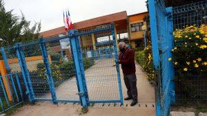 Solo llegaron 20 alumnos y siguió la polémica entre alcalde y profesores: Así fue el regreso a clases presenciales en Pirque