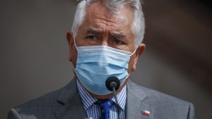 """Ministro Enrique Paris a horas del plebiscito: """"Manteniendo las medidas sanitarias no tiene por qué haber un aumento en el número de casos producidos por coronavirus"""""""