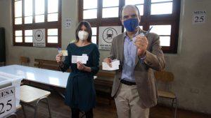 """""""Yo he dicho que voto Apruebo"""": El chascarro en vivo del ministro Monckeberg mientras explicaba cómo doblar el voto del plebiscito"""