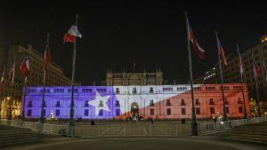 Gobierno iluminó La Moneda con la Bandera tras reconocer triunfo del Apruebo en Plebiscito Nacional