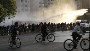 Cientos de ciclistas interrumpen el tránsito en el sector de Plaza Baquedano