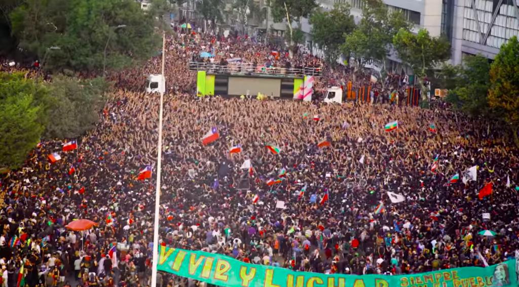 """""""Todos colgados tras el camión..."""": Los Bunkers estrenan videoclip de su canción """"Miño"""" interpretada en Plaza Baquedano"""