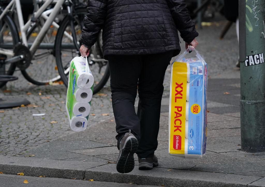 Una mujer adquirió rollos de papel higiénico en Berlín