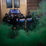 Policía de Italia lanzó gases en contra de manifestantes antibloqueo por el Covid-19