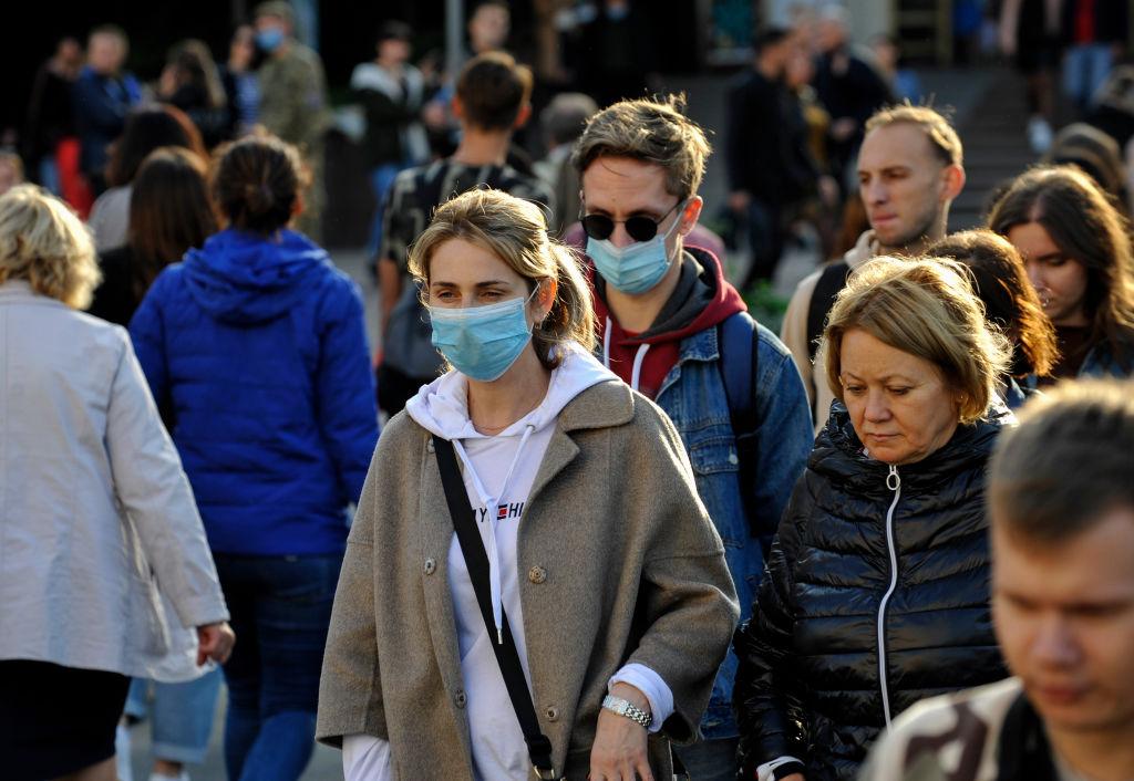 En Kiev no todas las personas utilizan mascarillas pese al alza de contagios