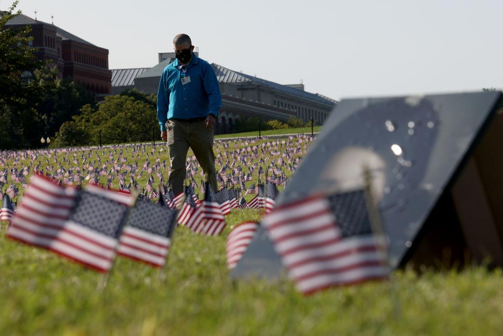 Homenajean a las víctimas del Covid-19 ante la Casa Blanca