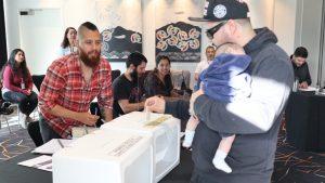 Internautas nerviosos, un papá joven y memes: las reacciones tras las primeras horas de votación en Nueva Zelanda