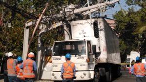 Camión arrasó con cinco postes frente a la embajada de Venezuela: un carabinero y cinco civiles resultaron heridos