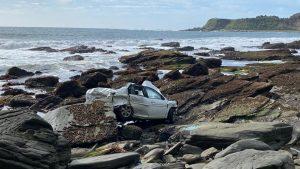 Vehículo cayó por un acantilado en Valdivia: Mujer de 37 años falleció en el lugar