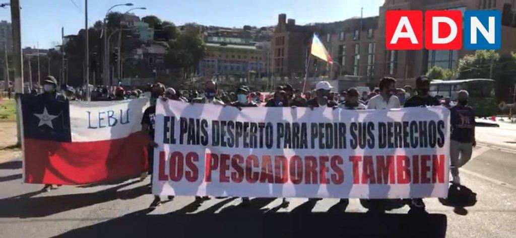 """Pescadores marcharon rumbo al Congreso Nacional exigiendo el fin a la denominada """"Ley Longueira"""""""