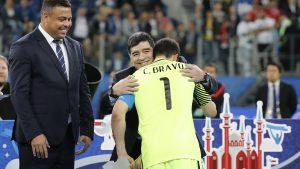 """Claudio Bravo despidió a Maradona: """"Se nos fue un gigante de nuestro fútbol"""""""