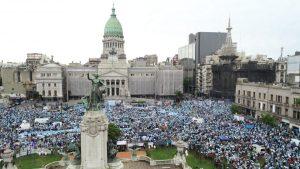"""""""No están pensando en la mujer"""": Marcha antiaborto congrega a miles de personas en el frontis del Congreso en Argentina"""