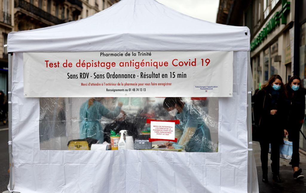 Trabajadores de la salud efectúan test del Covid-19 en París