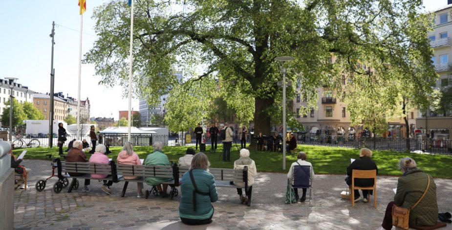 Suecia aplica más restricciones y limita reuniones públicas a ocho personas