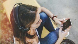 Promulgan ley que prohibe deshabilitar los receptores de radio FM en los smartphones que se vendan en Chile
