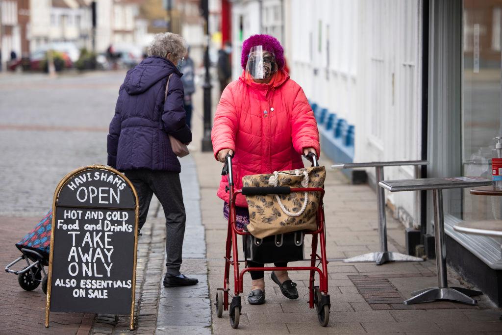 Las personas usan mascarillas al comprar en Kent