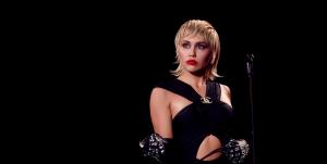 """Un nuevo comienzo: Miley Cyrus lanzó """"Plastic Hearts"""", su séptimo álbum de estudio"""