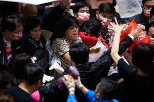 Diputados lanzaron vísceras de cerdos en la sala del parlamento de Taiwán