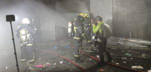 Nuevo saqueo a tienda de retail en el centro de Santiago terminó con incendio en sus bodegas