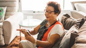 """Fundación Amanoz y acompañamiento telefónico a personas mayores: """"Se genera algo muy bonito: una amistad. Una amistad bien profunda"""""""