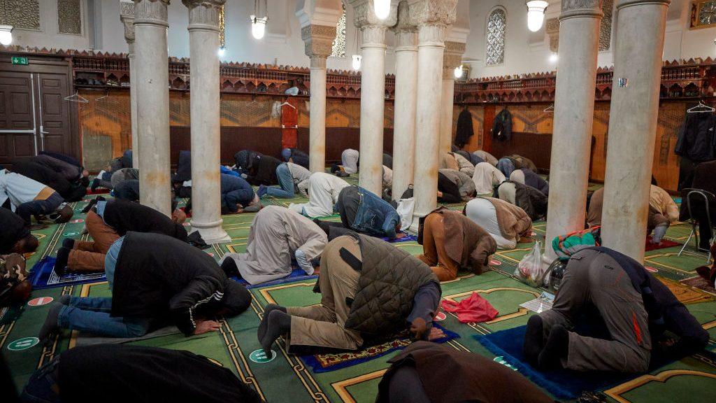 """Francia inspeccionará más de setenta mezquitas en todo el país en una medida contra el """"separatismo islámico"""""""