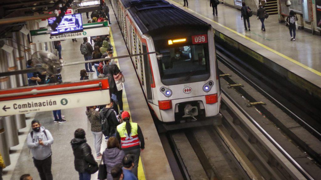 Metro de Santiago cerró seis estaciones de Línea 1 tras incidentes en el centro de la capital