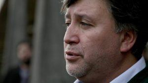 Alcalde de Quellón acusó abandono sanitario del Gobierno y denunció despidos injustificados en la industria salmonera
