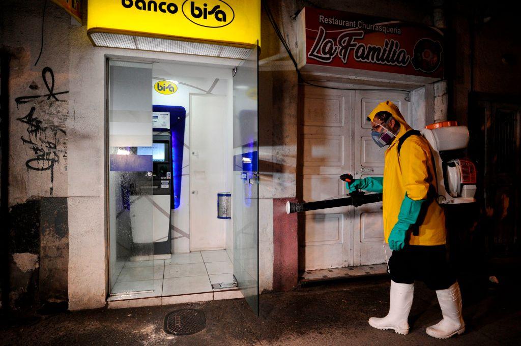 Trabajadores desinfectan las calles de La Paz