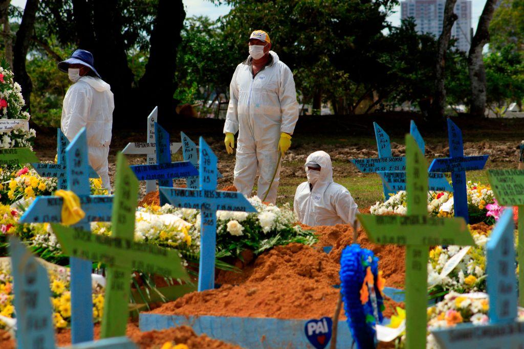 Trabajadores realizan un funeral de víctima del Covid-19 en Manaos