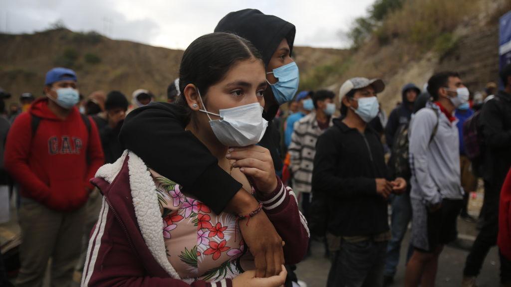 Migrantes hondureños observan la imposibilidad de avanzar hacia México