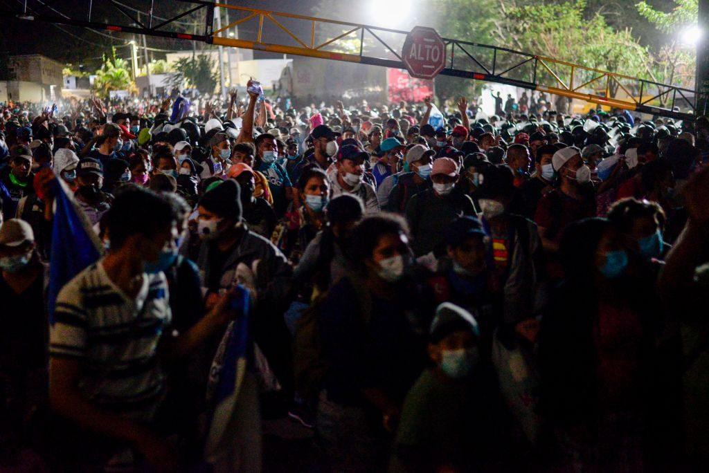 Caravana de migrantes superó a la policía y logra cruzar hacia Guatemala