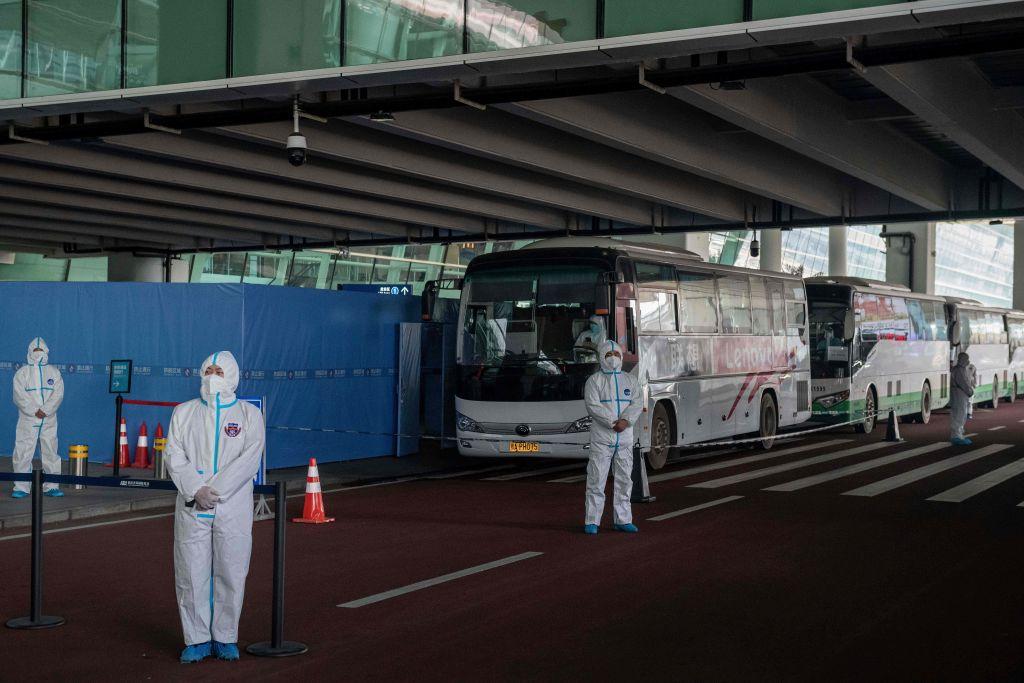 Buses esperan al equipo de la OMS en el aeropuerto de Wuhan