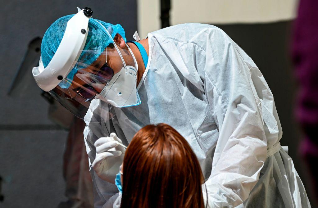 Trabajador de la salud realiza un test de PCR en Bogotá