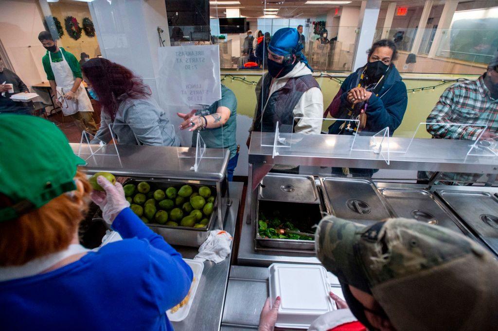 Joe Biden amplió bonos de comida para 30 millones de personas y duplica el salario de funcionarios