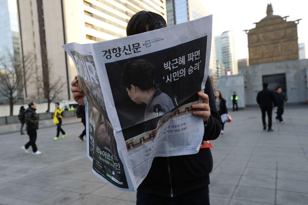 Los ciudadanos de Corea se informan del impeachment de Park Geun-Hye en Marzo de 2017