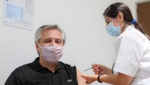 """Presidente argentino Alberto Fernández fue vacunado contra el Covid-19: """"Sirve para ser inmunes, hagámoslo"""""""