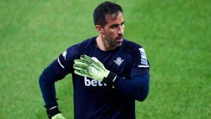 No le dan tregua: Claudio Bravo sufrió nueva lesión y será baja en el Real Betis